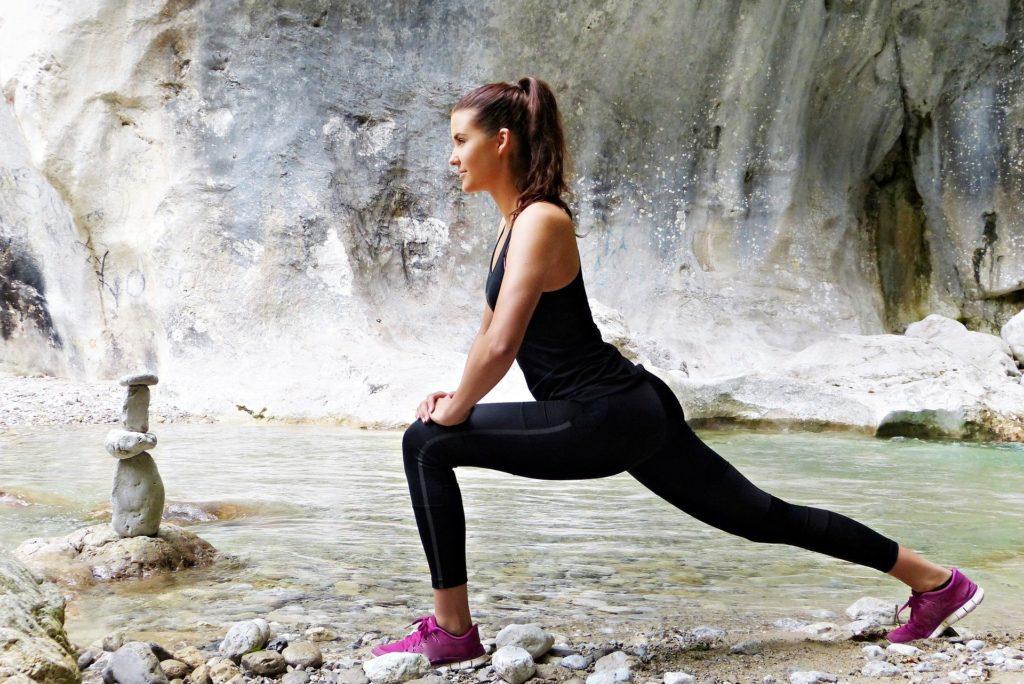 Kobieta wykonująca ćwiczenia rozciągające. Wzmacnianie organizmu.