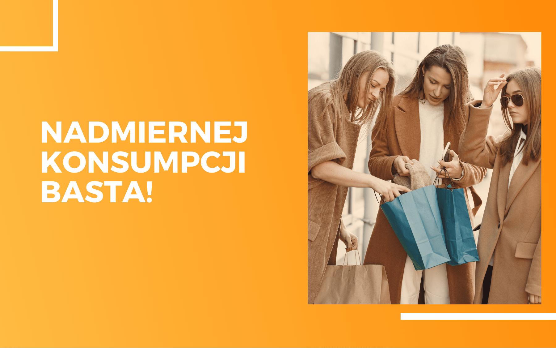 Trzy kobiety w beżowych płaszczach porównujące swoje zakupy. Na pomarańczowym tle tekst - nadmiernej konsumpcji basta!