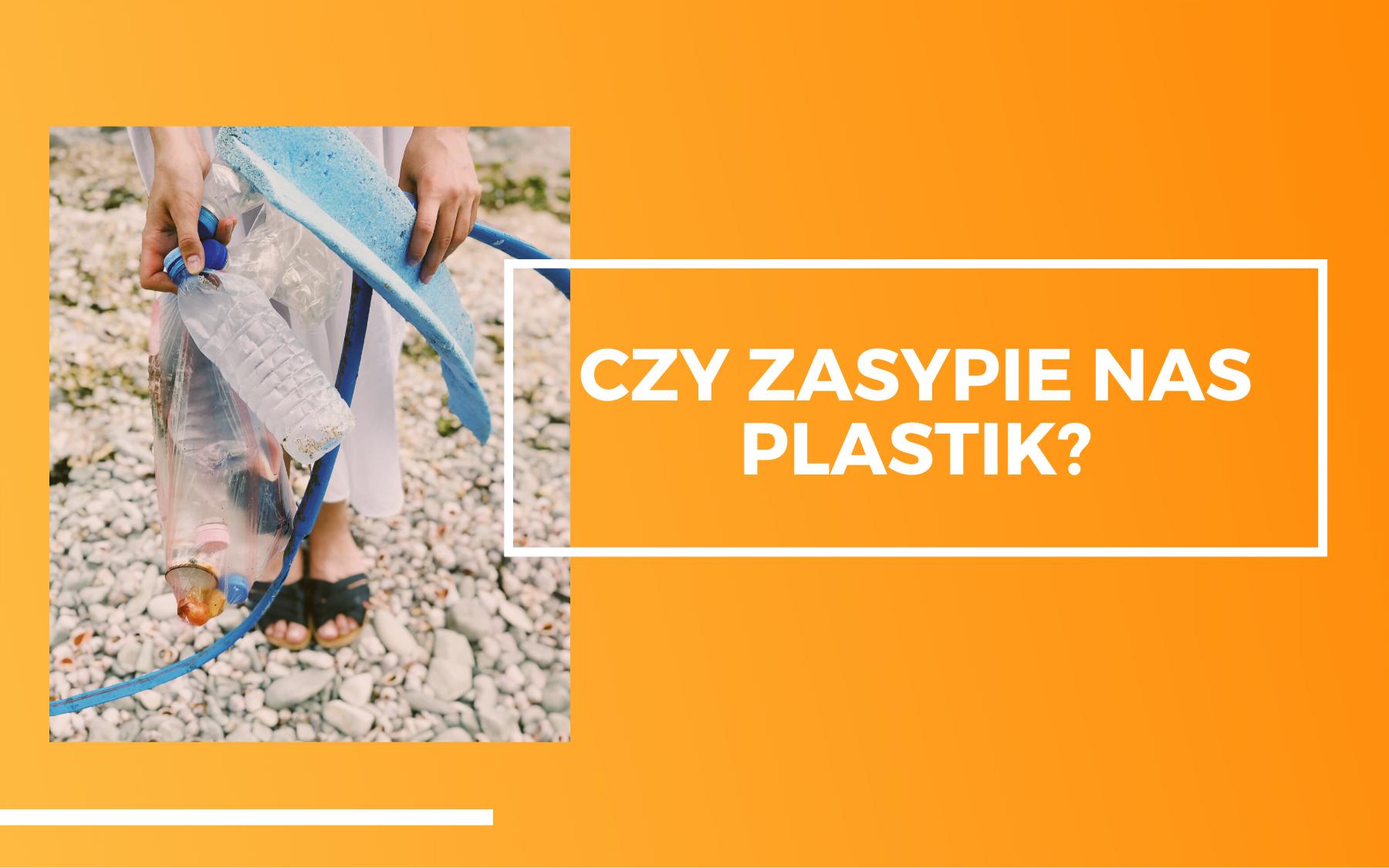 Kobieta na plaży trzymająca różne plastikowe śmieci. Obok na pomarańczowym tle napis - czy zasypie nas plastik?