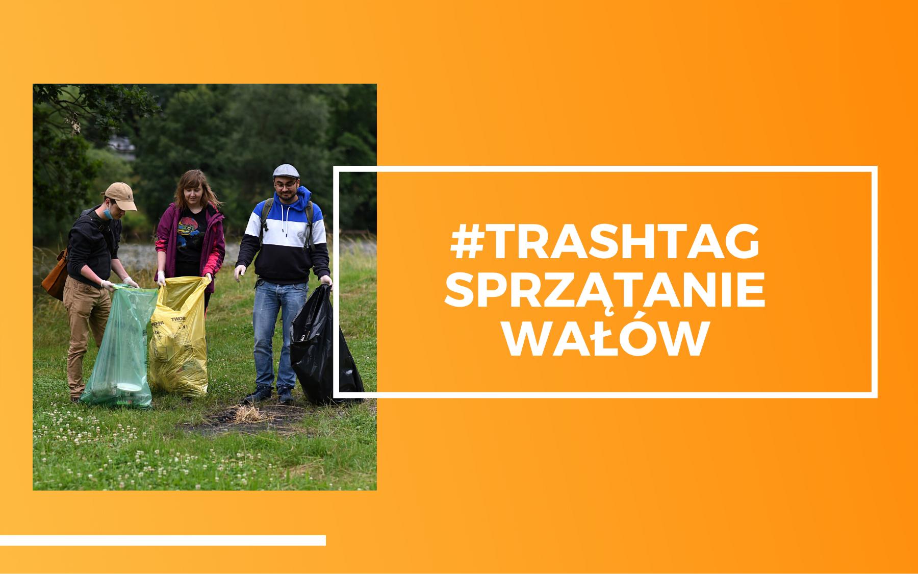 Trzy osoby strzymające kolorowe worki na śmieci sprzątające zieloną przestrzeń wałów Kochanowskiego we Wrocławiu