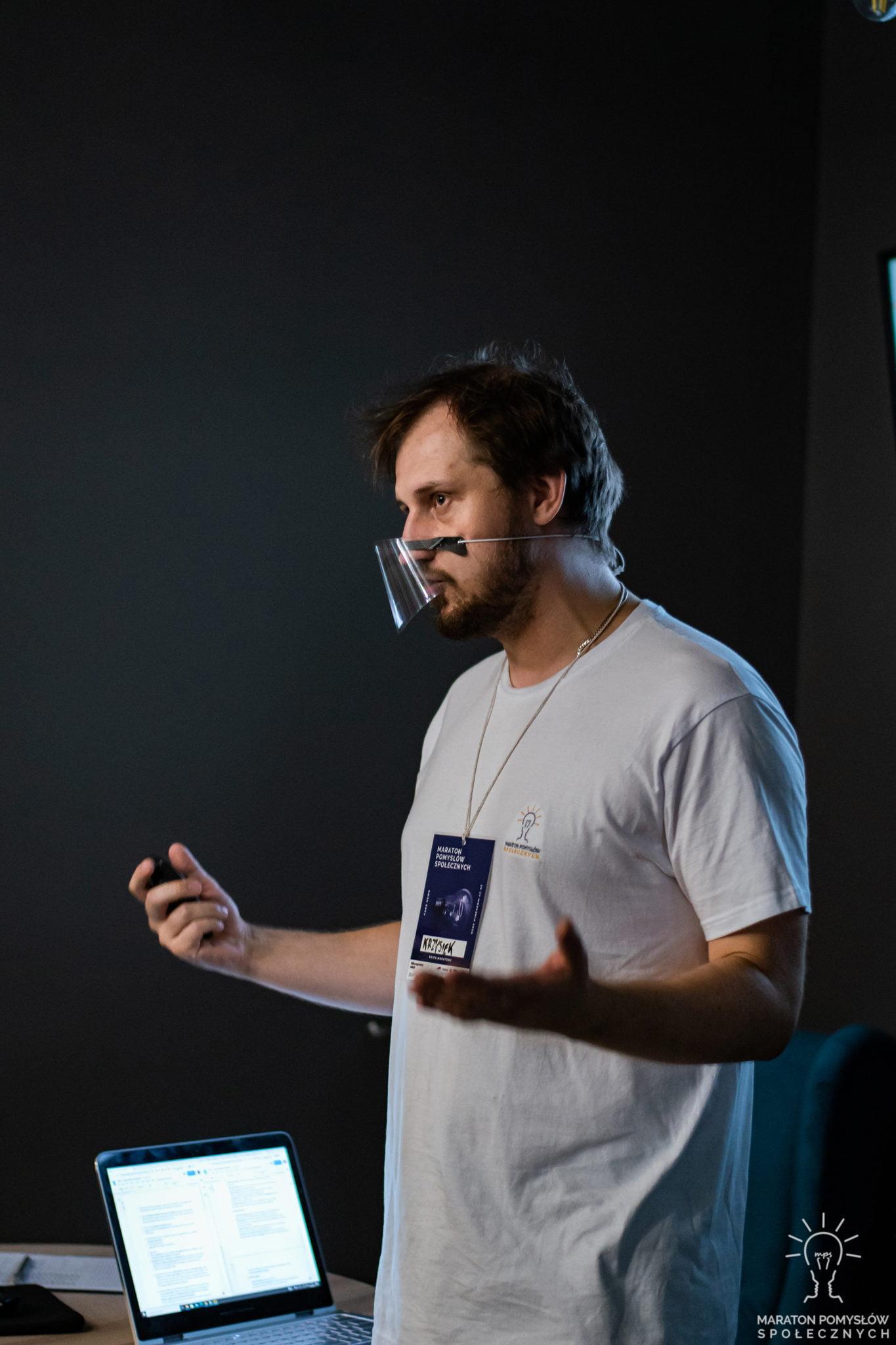 Krzysztof Kołodziński wprowadzający uczestników do tematu fake newsów.