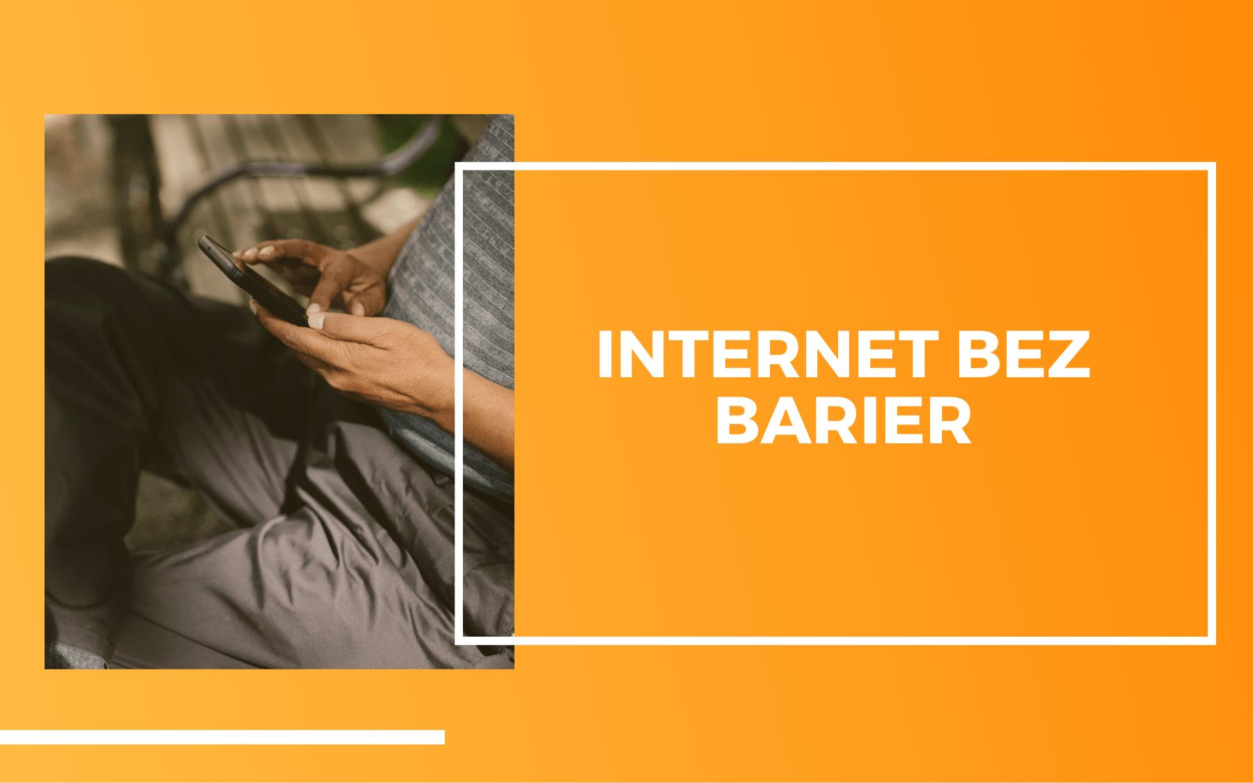 Ujęcie dłoni mężczyzny trzymającego telefon komórkowy siedząc na ławce w parku. Obok na pomarańczowym tle napis: Internet bez barier.