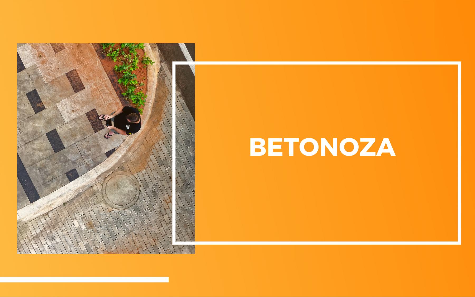 """Po lewej zdjęcie z lotu ptaka przedstawiające człowieka stojącego na betonowym chodniku. Po prawej na pomarańczowym tle biały napis """"Betonoza""""."""