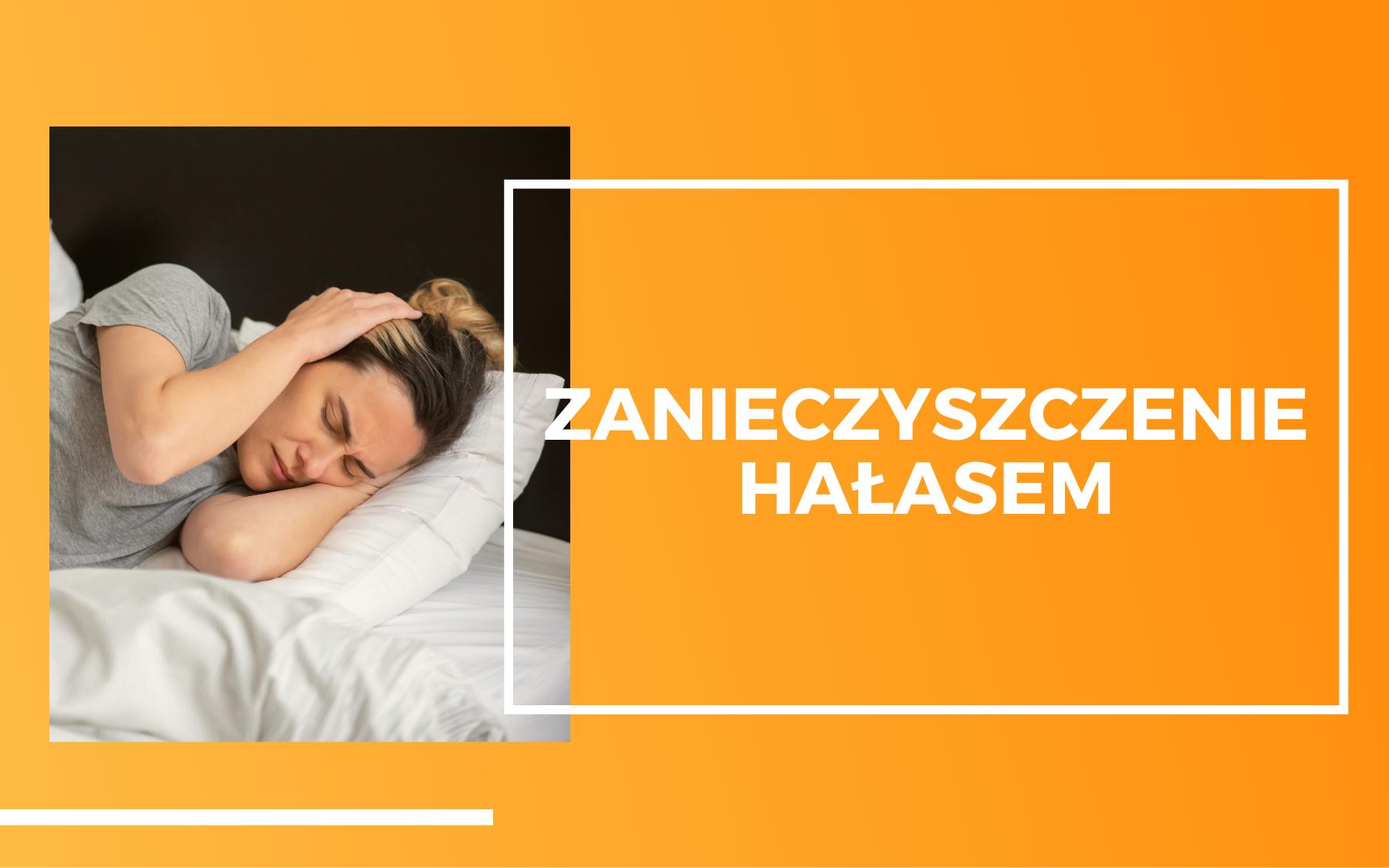 Po lewej stronie kobieta leżąca w łóżku w białej pościeli, zatykająca sobie uszy rękoma. Po prawej biały napis na pomarańczowym tle - zanieczyszczenie hałasem.